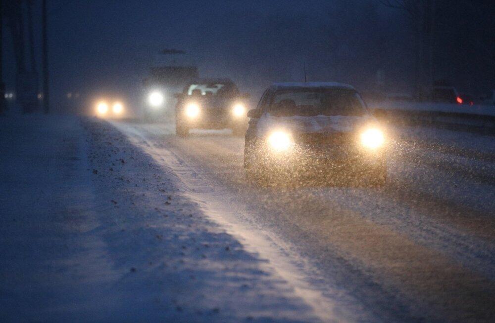 ФОТО: Сегодня дороги исключительно скользкие! Полиция просит водителей ехать медленно и избегать обгонов