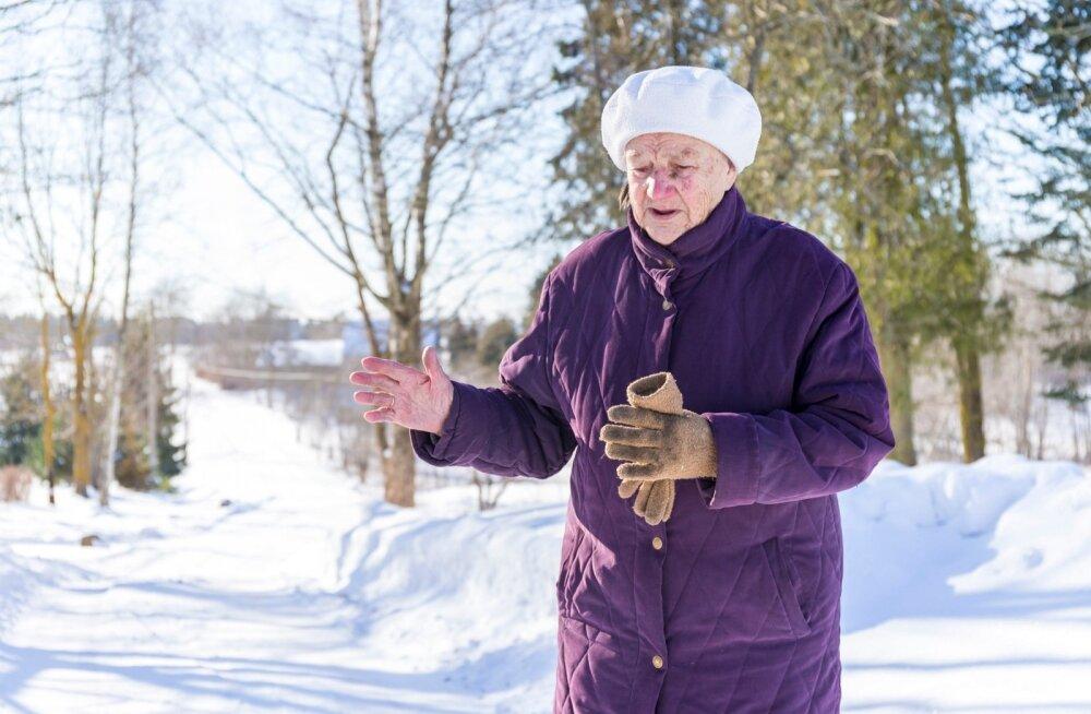 Meedy Hiielo, Perjatsi küla üks viimaseid eestlasi, mäletab oma koduküla ka sellest ajast, kui igas talus elu käis. Nüüdsed jalutuskäigud küla peal teevad naise nukraks – see on tühjaks jäänud rahvast ja veel tühjemaks eestlastest.
