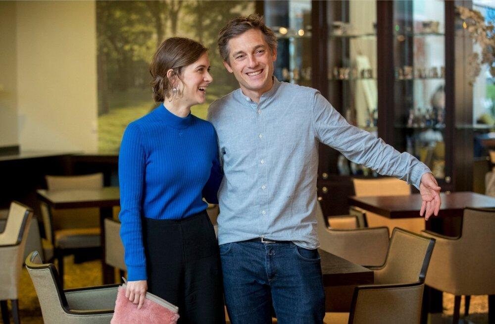 """Liv Lisa Fries ja Volker Bruch käisid Tallinnas oma seriaali tutvustamas. Nendevaheline """"keemia"""" pole suurepärane ainult ekraanil, ka päriselus saavad näitlejad hästi läbi."""