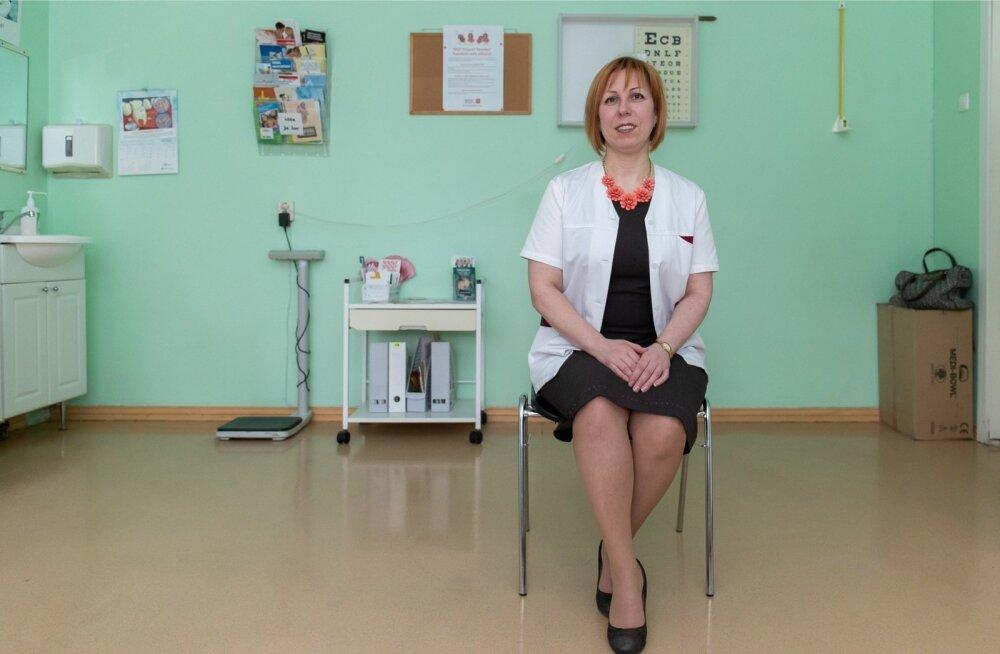 Tallinna saksa gümnaasiumi kooliõde Svetlana Lorvi-Talisainen võtab lapsi vastu oma kabinetis.