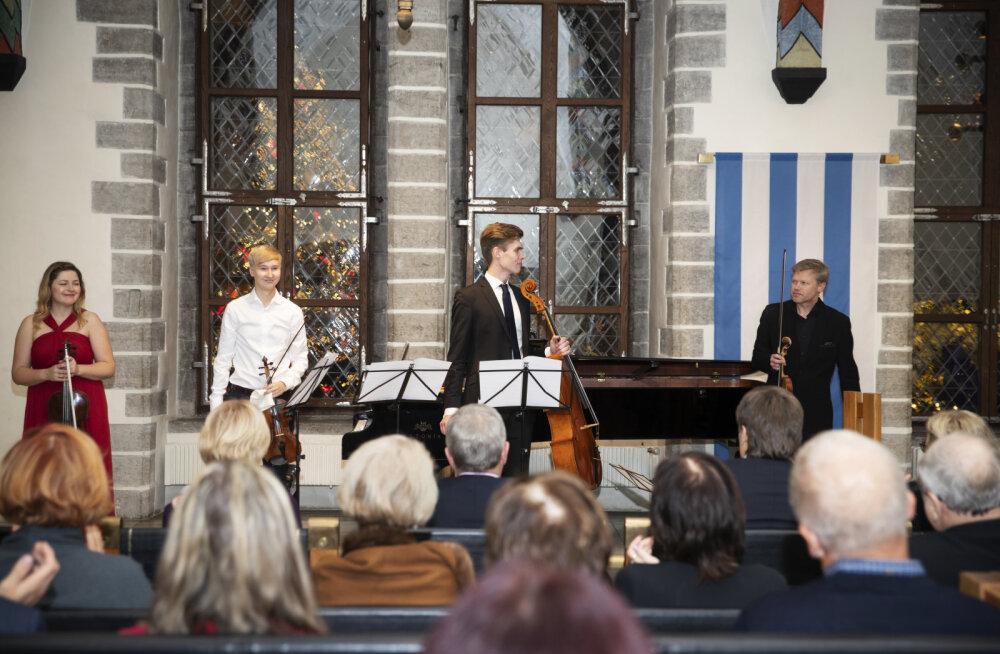 На Ратушной площади звучали старинные струнные инструменты Эстонского фонда музыкальных инструментов