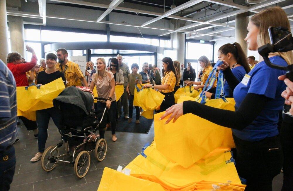 IKEA avamine Riias läks suure meluga, inimesed lausa haarasid kollaseid kotte, mida siis kaubaga täita.