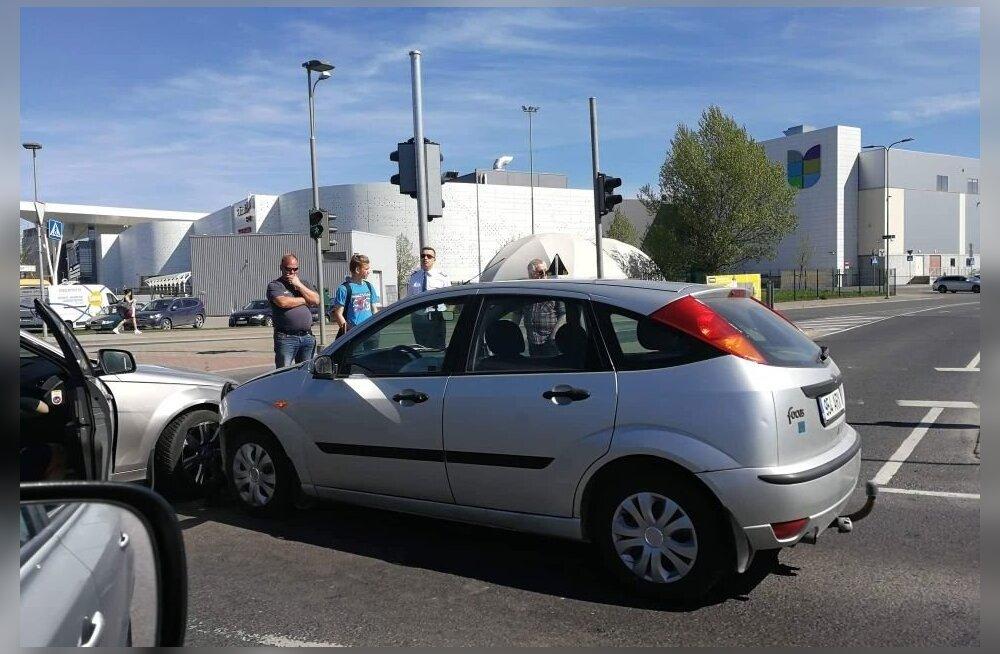 ФОТО: У аэропорта столкнулись два автомобиля, в одном из них были пилот и стюардесса