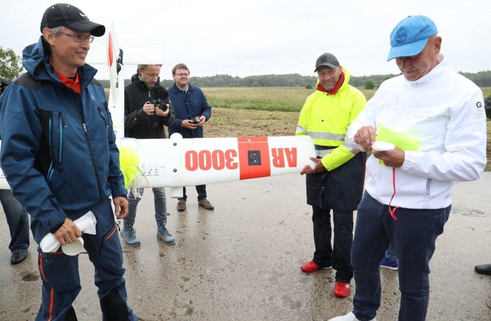 Haapsalu linnapea Urmas Sukles (paremal) loeb ette kirja, mis saabus Hankost drooni tiiva alla kinnitatud kapslis. Vasakul drooniehitaja Avarteki müügijuht Patrik Raski