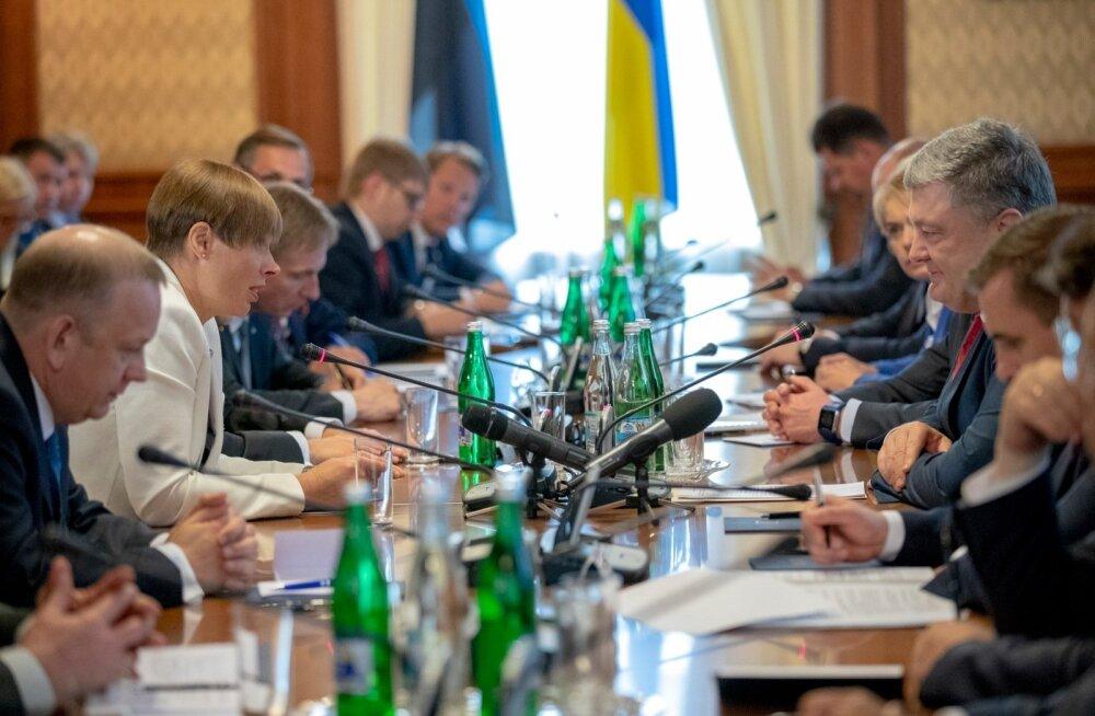 Kaljulaid ja Porošenko arutasid asju pikalt. Kohtuti nii omaette kui ka delegatsioonidega ja presidentide programm läks rohkem kui tunniga üle aja.