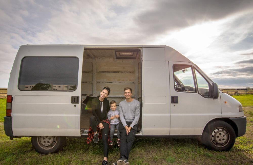 Kaubikusse kolinud Pärnu noor pere: kaubikust on saanud nii mõnus eluase, et korterisse kolimiseks vajadust enam polegi