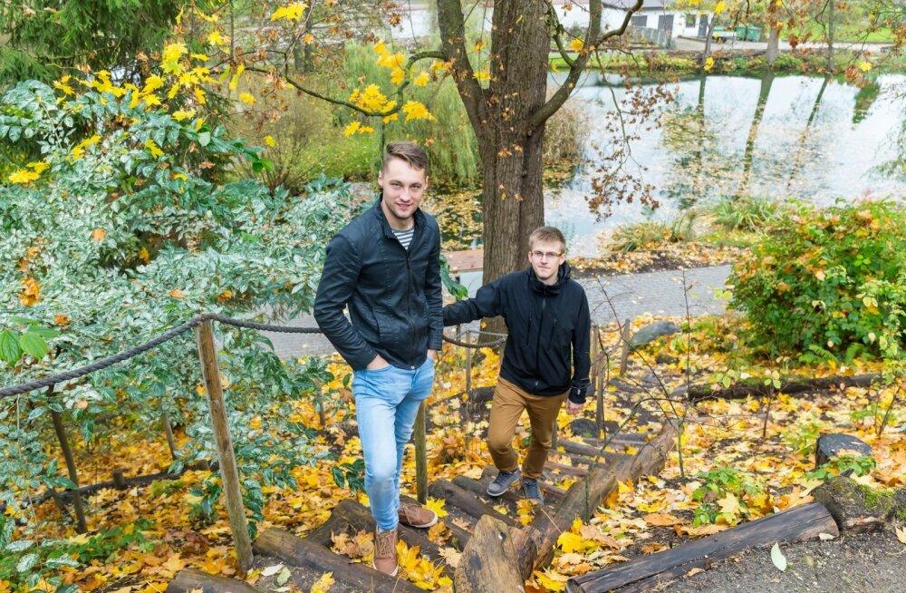 Nüüdseks on Erik Rüütel (vasakul) ja Mairold Mänd ettevõtjad ning tegutsevad õpitud erialal – maastikuehituses. Nad on Eesti ära jaotanud, et ei peaks omavahel konkureerima: Erik tegutseb Põhja-Eestis ja Mairold lõuna pool.