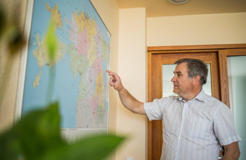 Jaan Õunapuu uue haldusjaotuse kaardi ees. Omavalitsusi jäi käesolevast aastast pea kolm korda vähemaks.
