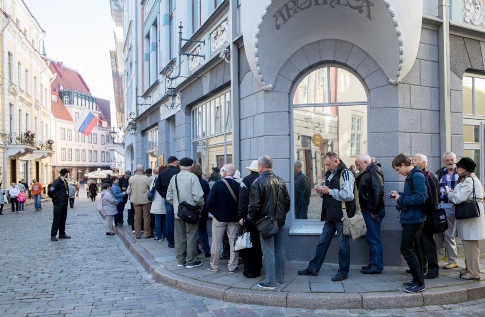 Tallinnas Pikal tänaval ootas Venemaa saatkonna juures kümneid inimesi valima pääsemist.
