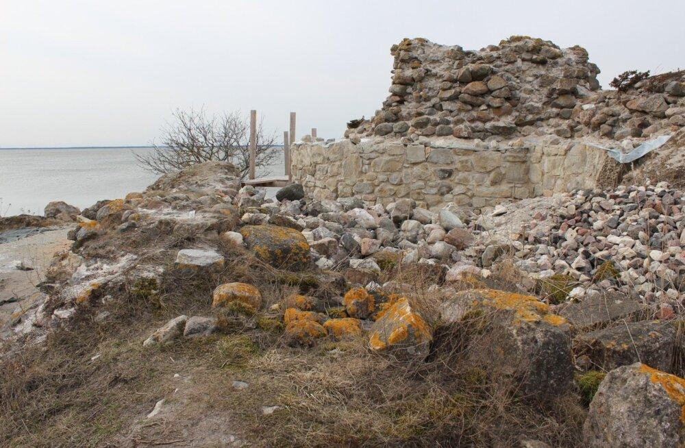 Virtsu vasallilinnuse varemed. Parempoolsel pildil on hästi näha, et osa tornist on juba üles laotud.