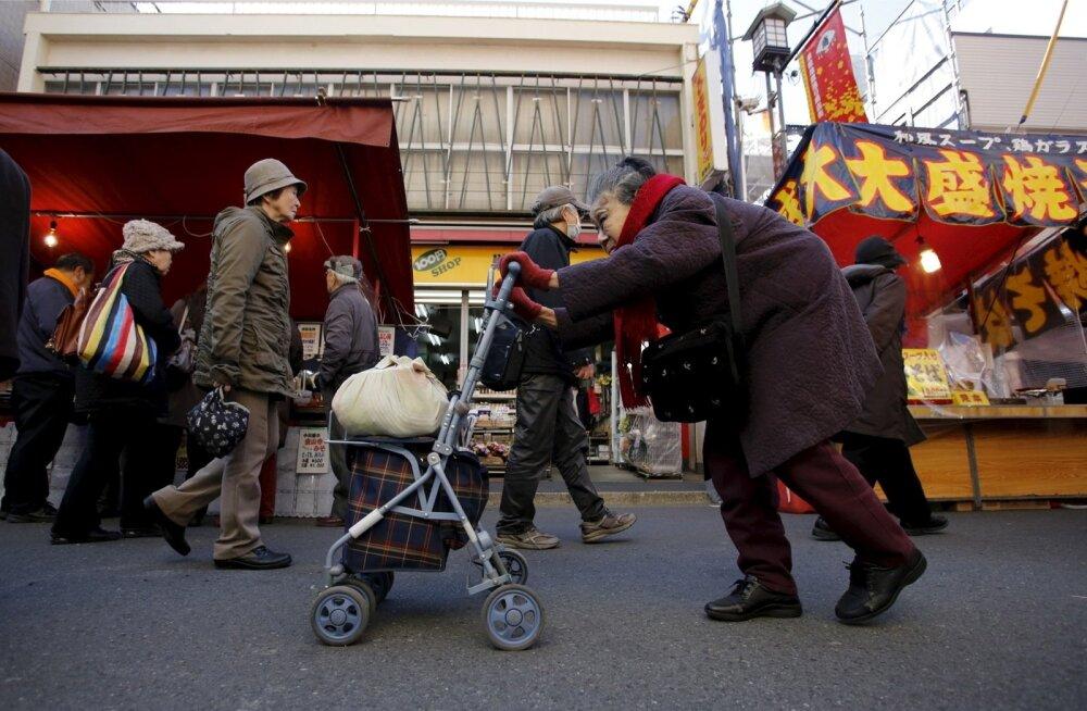 Ühiskonna vananemine on Jaapani jaoks probleem, millega kaasneb hulk hädasid, sealhulgas dementsete inimeste rohkus. Pildil Tokyos rulaatori abiga kõndiv pensionär