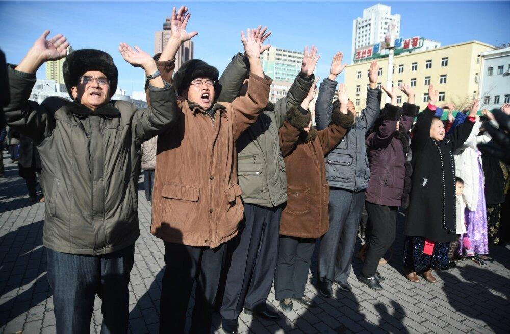 Raketikatsetusest teada saanud põhjakorealased juubeldavad Pyongyangi raudteejaamas.