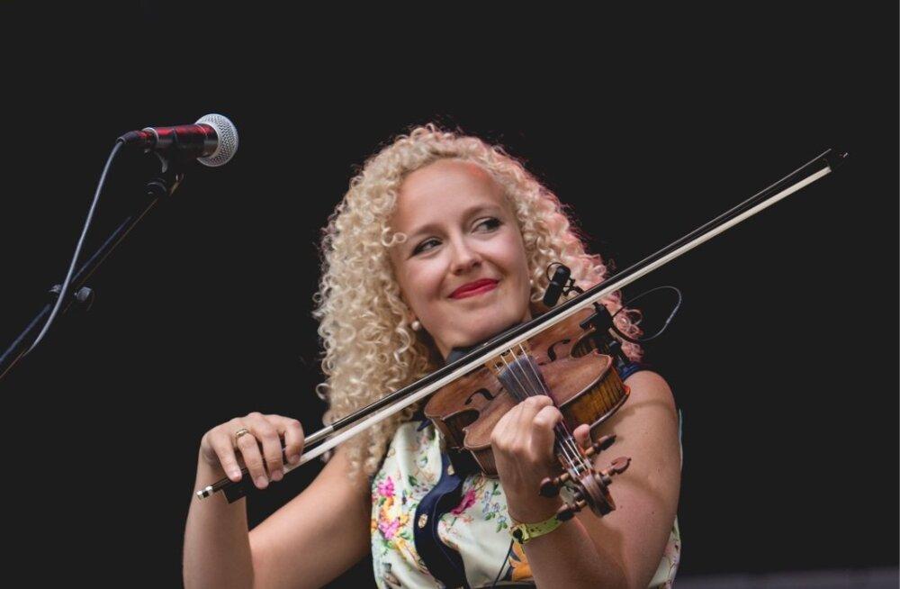VIDEO: Legendaarsed riimid uues võtmes! Folkansambel Curly Strings kaverdas Toe Tagi kunagist superhitti