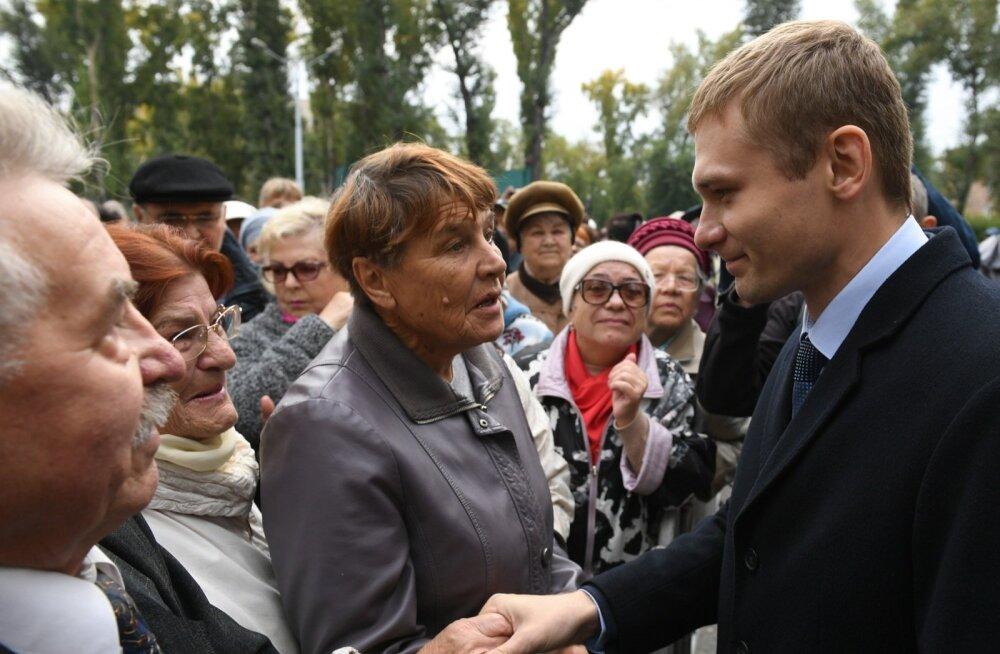 Kommunistide kandidaat Valentin Konovalov (paremal) möödunud kuul Abakanis pensionireformivastasel meeleavaldusel