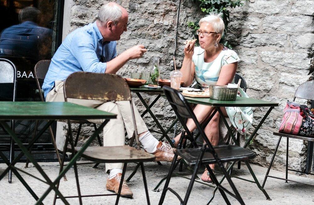 Evelin Ilves ja Mart Luik kohvikus