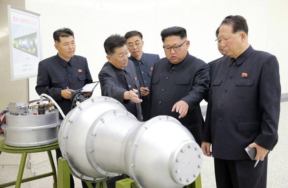 Põhja-Korea liider Kim Jong-un uurib väidetavat vesinikupommi.