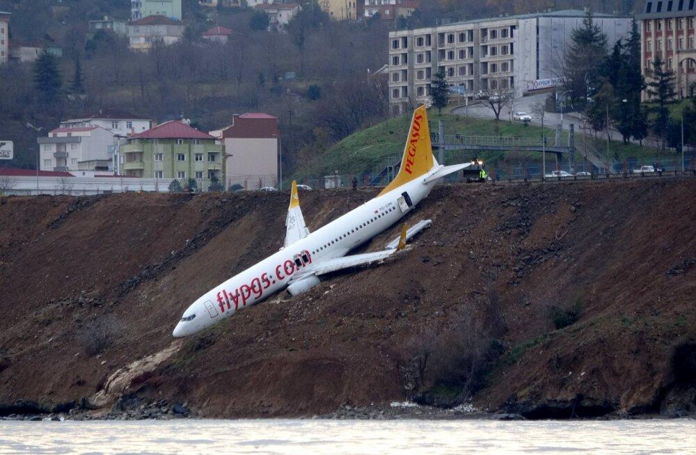 VIDEO | Türgi lennuväljal sõitis reisilennuk rajalt välja nõlvalt alla