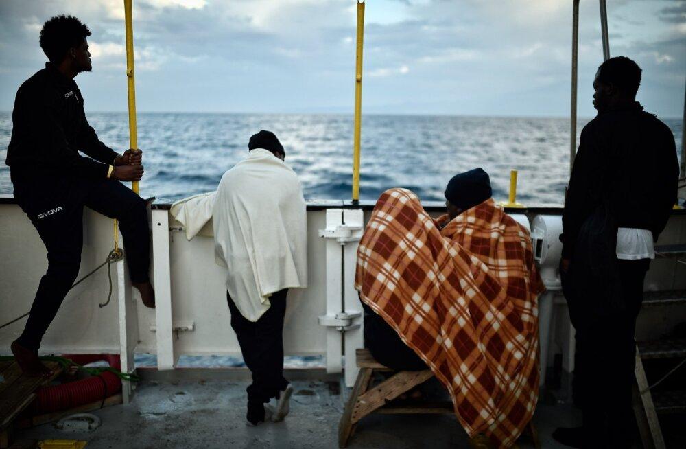 Päästetud migrandid jäid möödunud nädalal laevale Aquarius lõksu, sest Itaalia keeldus neid vastu võtmast. Foto on tehtud Sitsiilia ranniku lähistel.