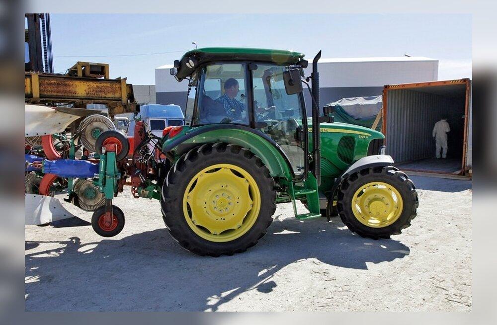 Kanada MMil osalevate traktorite laadimine merekonteinerisse