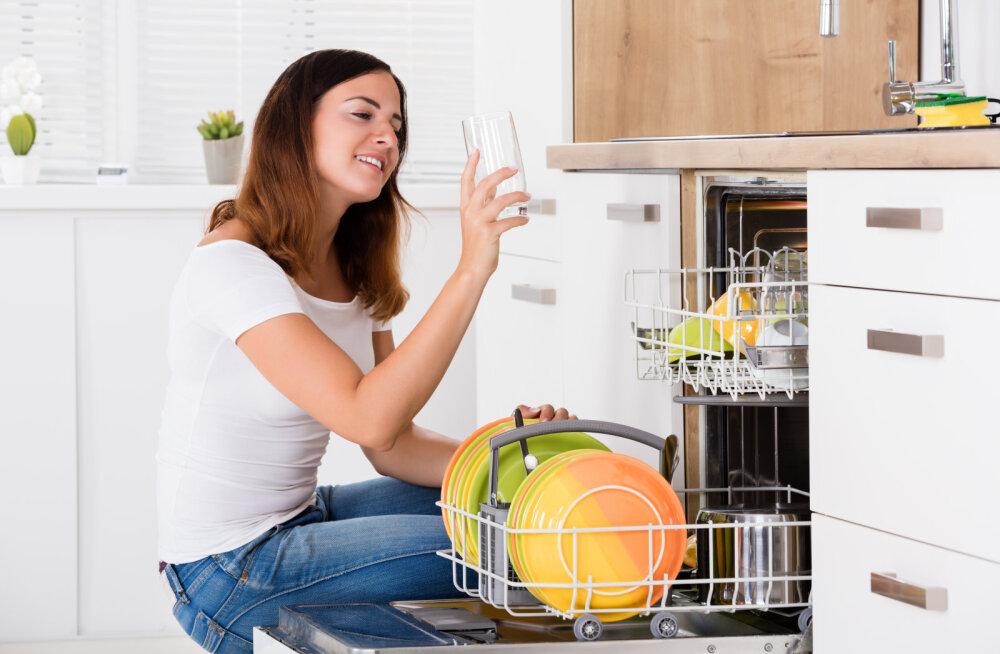 KUMMUTAME MÜÜDID | Kas pesumasin puhastab end ise, sügavkülm tapab ohtlikud bakterid ja nõud tuleb enne nõudepesumasinasse panemist puhtaks loputada või mitte?