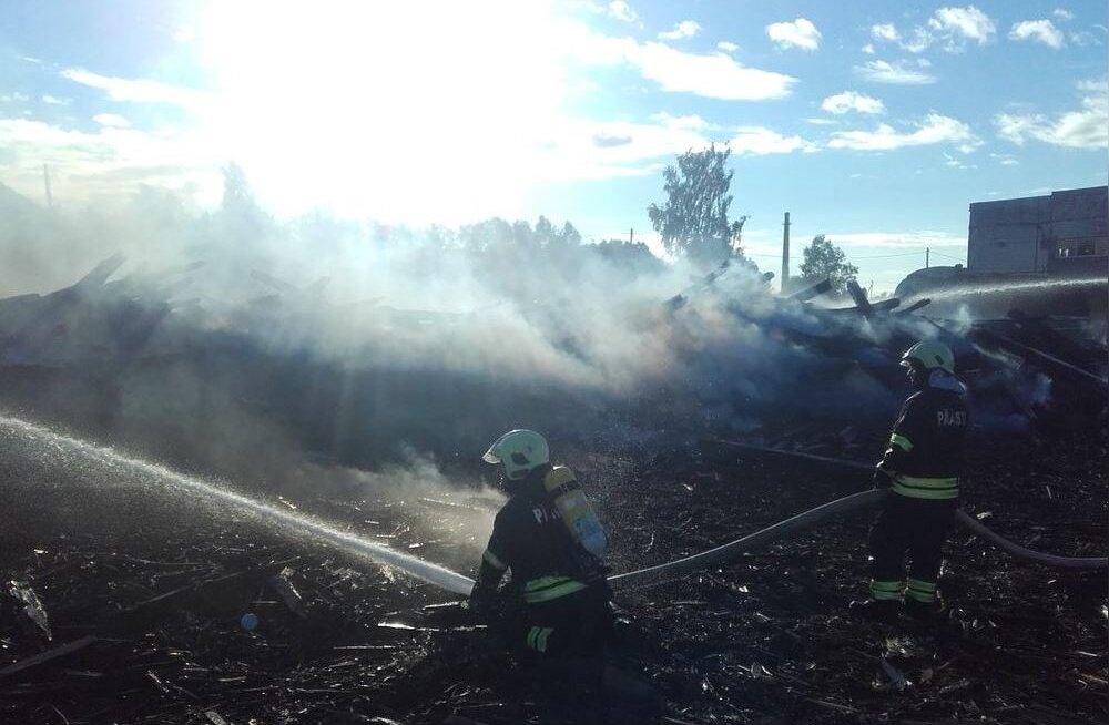 FOTOD | Kiviõlis põles maha suur angaar, kus hoiti naftamahuteid ja vedureid