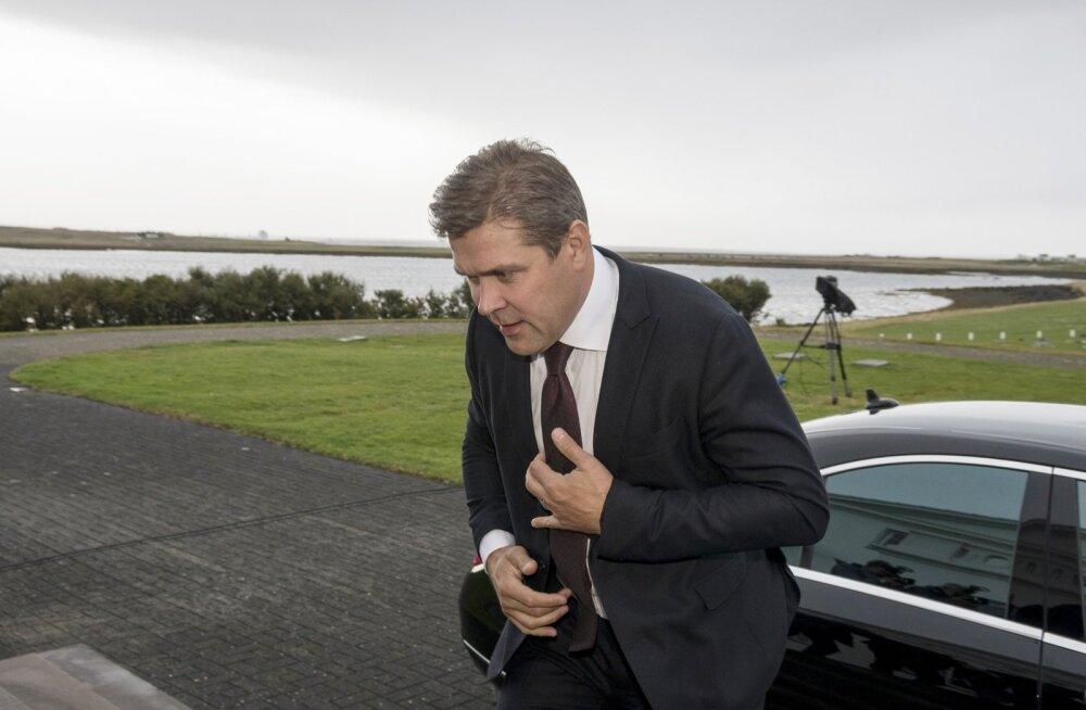 Islandi peaminister Bjarni Benediktsson käis üleeile presidendipalees tagasiastumisavaldust esitamas.