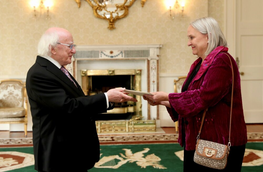 Eesti suursaadik Iirimaal Aino Lepik von Wirén andis üle volikirja
