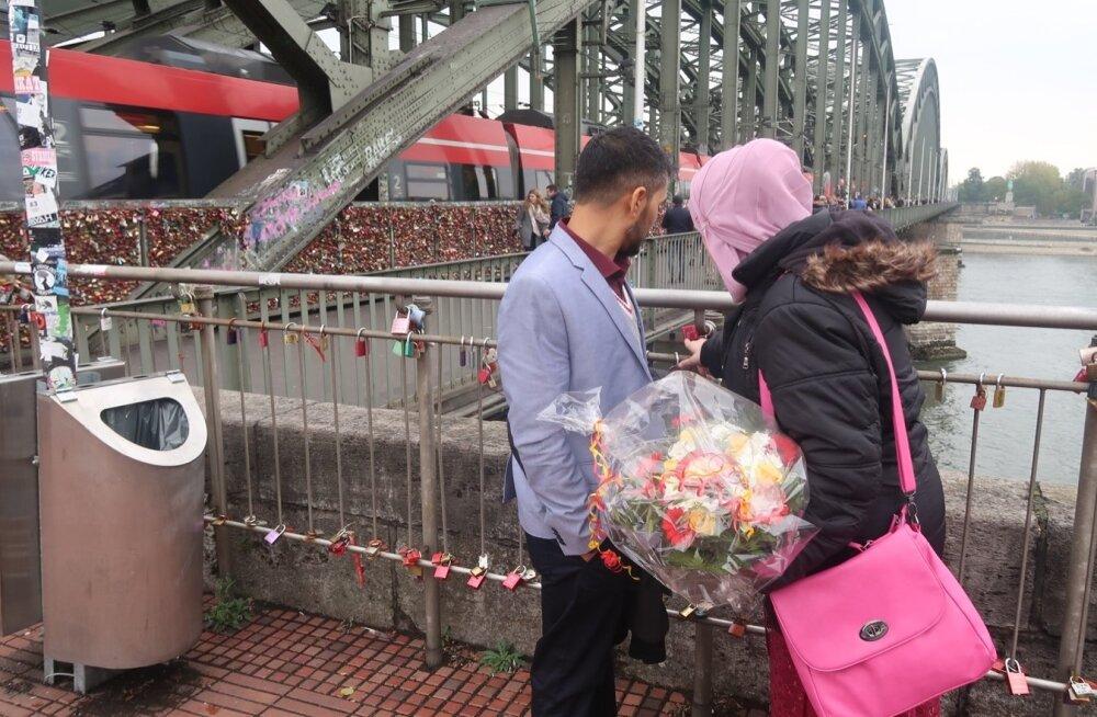 Sillad olid Umarile ja Leilale olulised. Pärast tseremooniat imaami kabinetis jalutasid nad sillale, et uurida tabalukke, mille on sinna kinnitanud armunud.