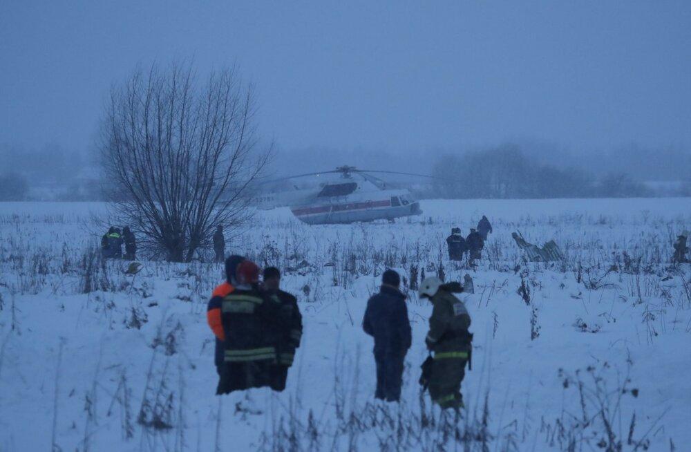 Päästeteenistujad õnnetuspaigas, kus kokkupõrge maaga oli pillutanud lennukitükke ja ohvrite kehaosi kilomeetrise raadiusega alale.
