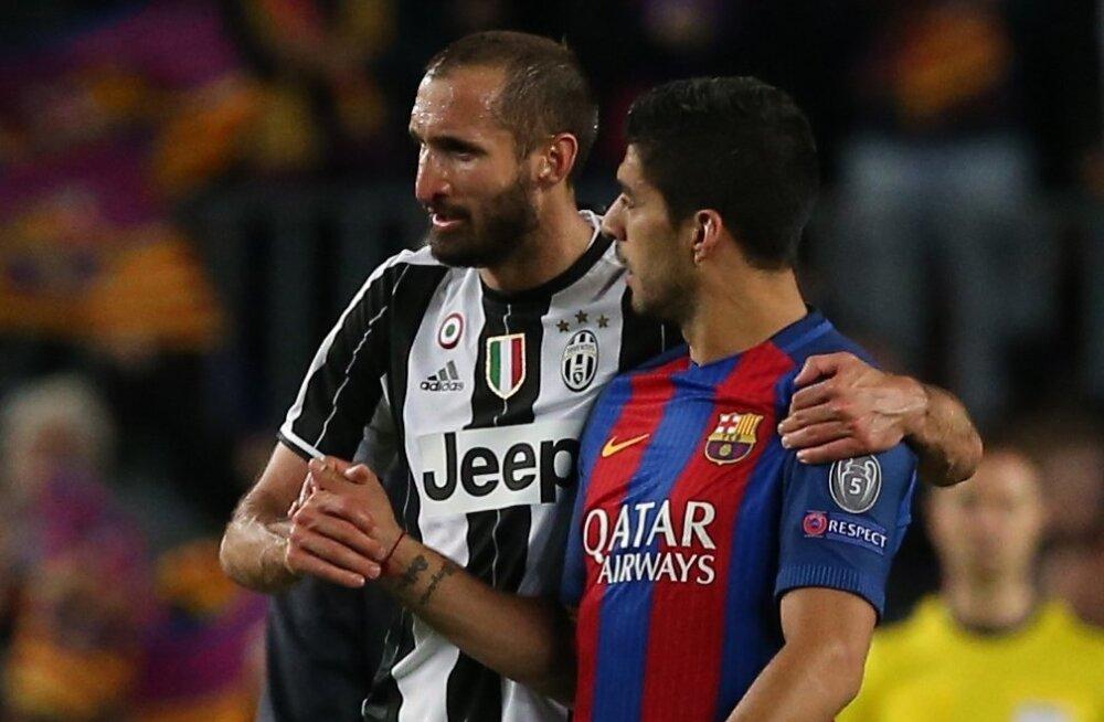 Luis Suárez (paremal) loobus seekord Giorgio Chiellini hammustamisest ja soovis talle lihtsalt õnne.