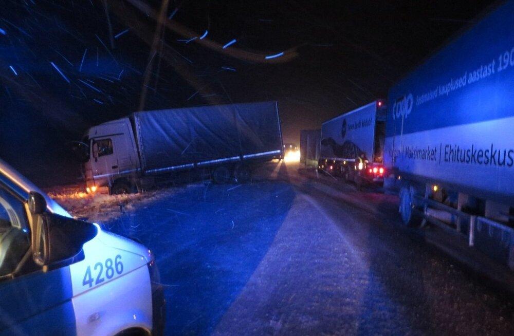 ФОТО: Два грузовика столкнулись и преградили дорогу. Ситуацию помог разрешить солдат, оказавшийся на месте ДТП