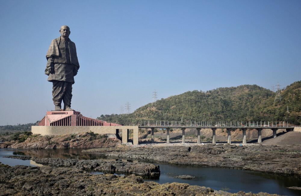 В Индии из водоема около самой высокой статуи мира вывозят крокодилов для удобства туристов