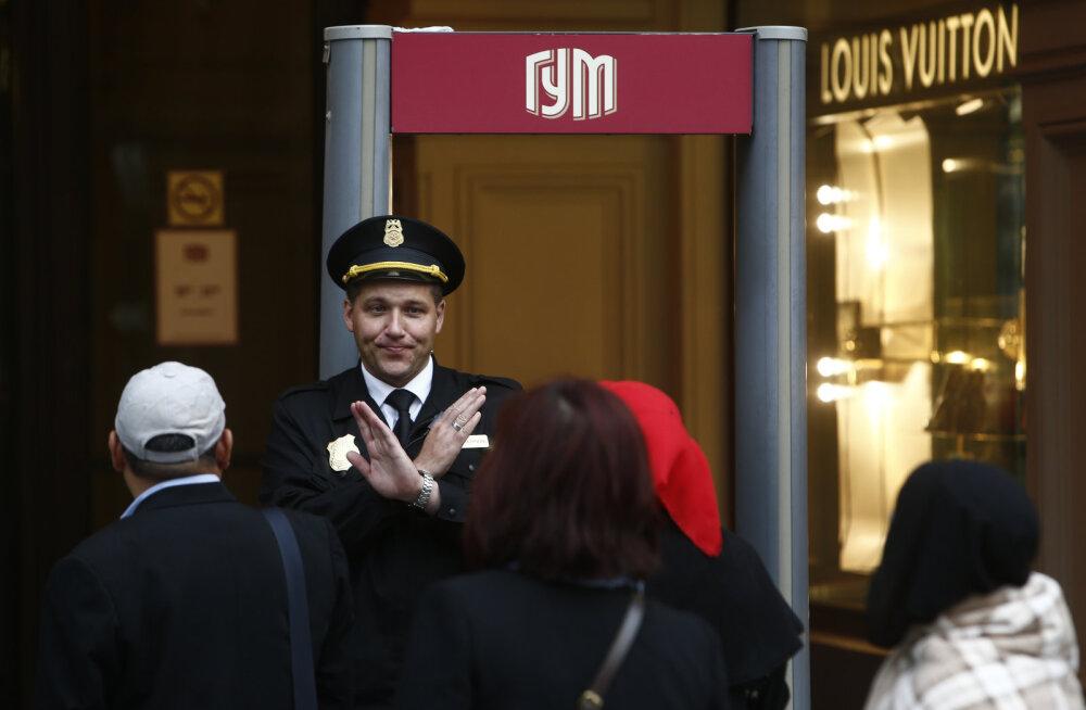 Turvatöötaja keelab inimestel GUMi ostukeskusesse sisenemast
