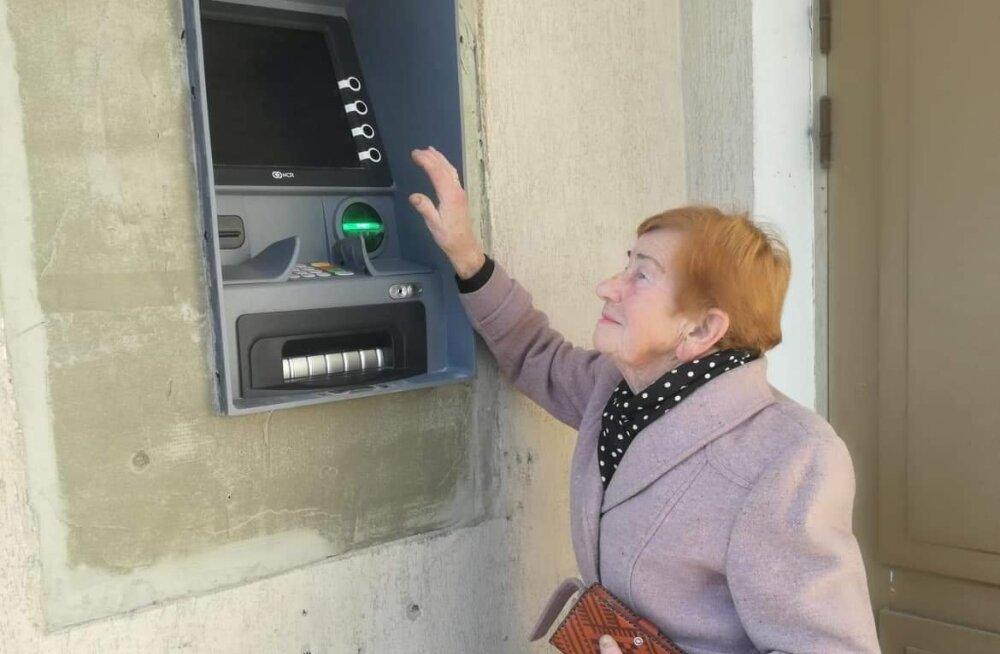 ФОТО: Единственный банкомат Swedbank в Ряпина установили так высоко, что люди даже не видят экрана