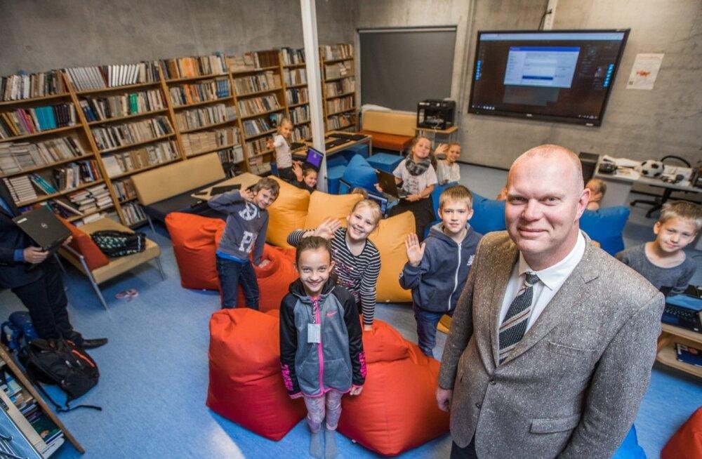 Pelgulinna gümnaasiumi raamatukogu alumisest korrusest on saanud drooniklass ja alles on vaid mõned raamaturiiulid ruumi ühes servas. Lapsed on drooniklassiga väga rahul ja direktor Tõnu Piibur vaatab tulevikku.