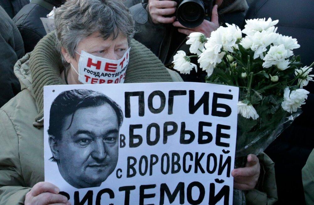 """Sergei Magnitski surm on kaasa toonud palju protestimeeleavaldusi. """"Hukkus võitluses vargasüsteemiga,"""" kõlab ühe meeleavaldusel osaleja sõnum avalikkusele."""