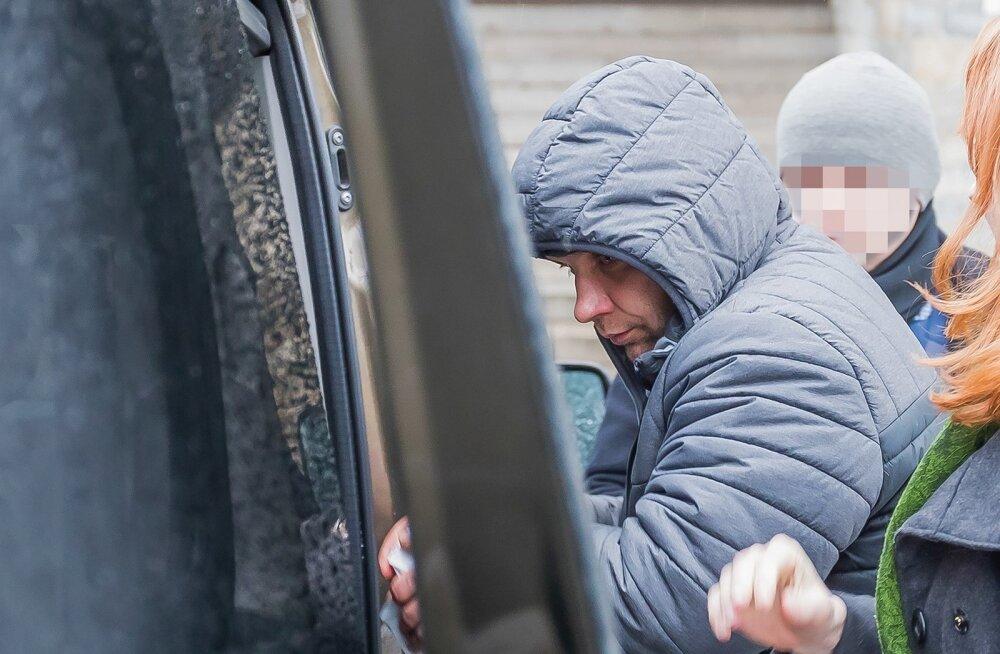Jaanus Vink võeti eile vahi alla ja viidi Liivalaia kohtumajast politsei saatel minema.