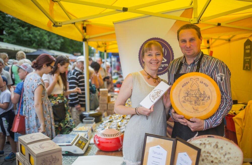 Andre juustufarmi perenaine Erika Pääbus ja peremees Aivar Alviste esitlevad juustušokolaadi ja Andre Grand Oldi.