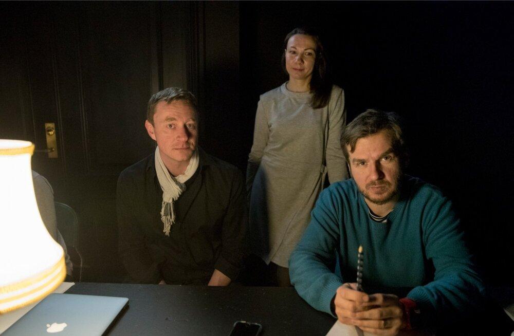 Lavastajakingadesse asunud Jaak Kilmil (paremal) ja Kiur Aarmal oli mõte sahtlis oodanud juba pea viis aastat. Ajastu, kus lavastuse tegevus aset leiab, on märgiline ka dramaturg Piret Jaaksi jaoks.