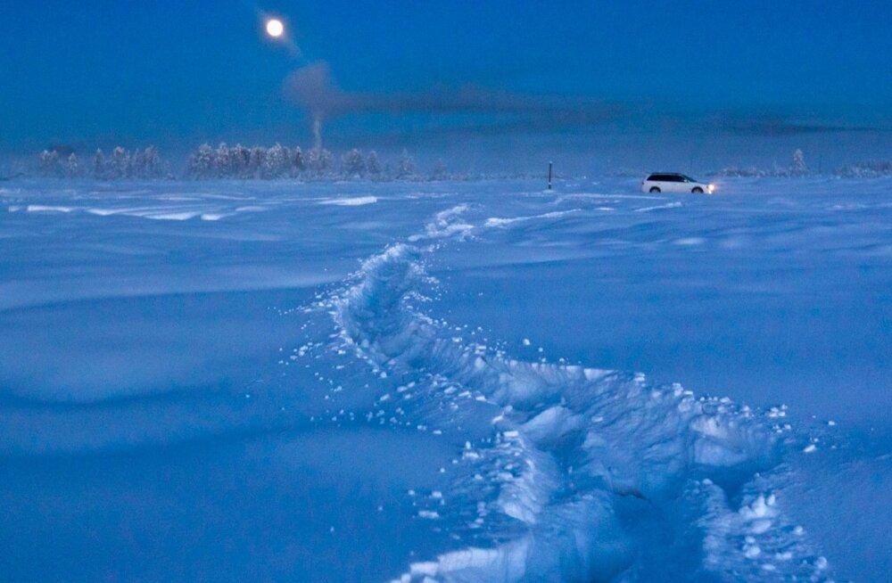 Lumised väljad Oimjakoni lähistel öösel