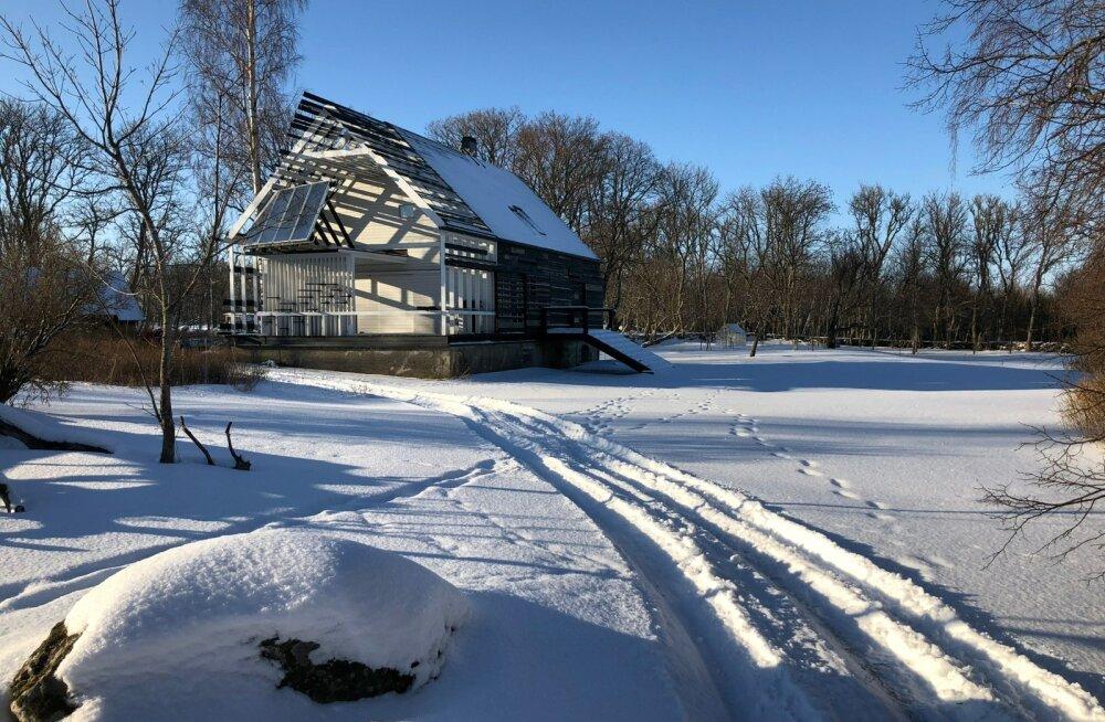 Indrek Allmanni Kesselaiul asuv maakodu on nullenergiahoone, mille ehitusmaksumus jäi allapoole traditsioonilise hoone ehitamise omast.