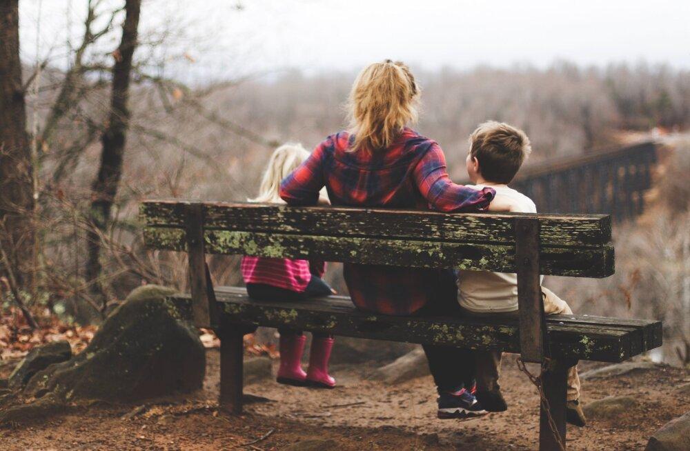 """""""Lapsed olid kogu tema maailm, kuid sellegipoolest oli ta paratamatult tänulik nende nädalavahetuste eest, mis lapsed saatsid mööda koos isaga."""""""