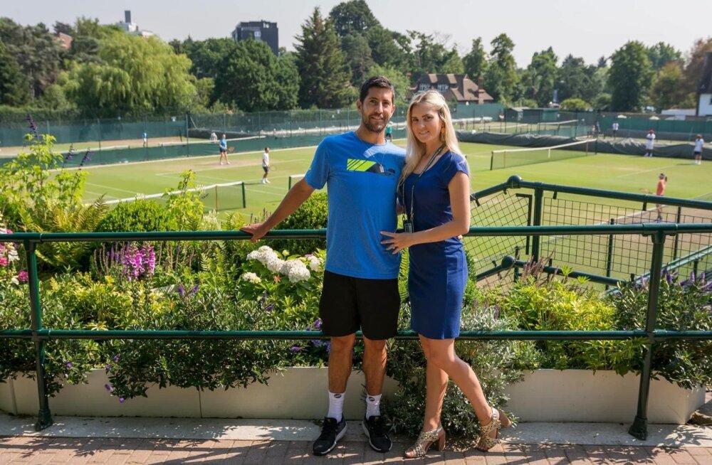 Hans Podlipnik-Castillo ja Barbara Kvelstein Wimbledoni harjutusväljakute taustal