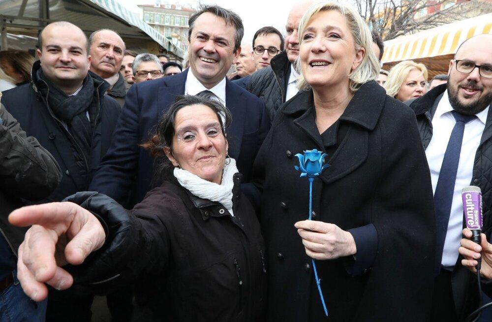 Naisvalijaid silmas pidades ei kasuta Le Pen seekordses kampaanias oma partei sümbolit tõrvikuleeki, vaid on selle asendanudsinise roosiga, mida toetajad talle nüüd üritustel kingivad.