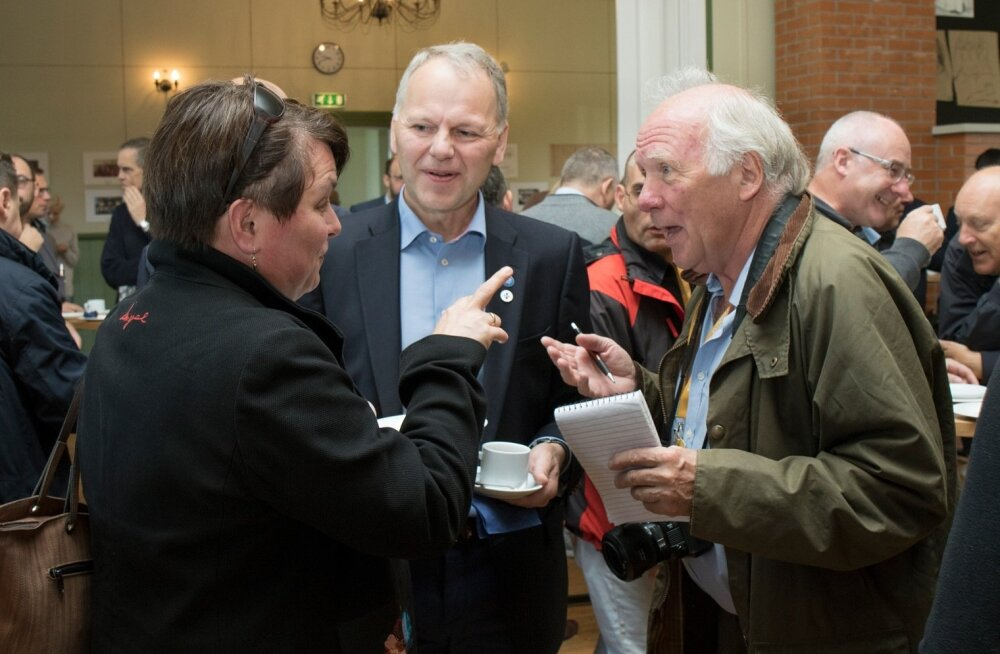 Soome põllumajanduse ja metsanduse minister Jari Leppä vastab ajakirjanike küsimustele. Tagaplaanil paremal Iirimaa esindaja Brendan Gleeson ja Taani esindaja Andres Mikkelsen.