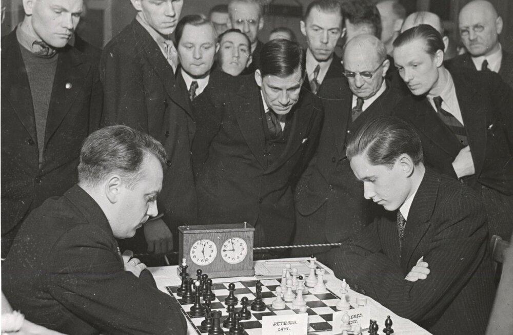Rahvusvaheline suurmeister Paul Keres (paremal) mängimas Läti meistri Petroviga Eesti-Läti malemaavõistlustel Tallinnas.
