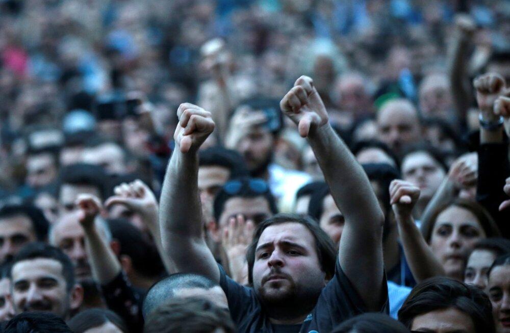 Pöidlad allapoole. Nii väljendasid protestijad Thbilisis oma suhtumist valitsusse.
