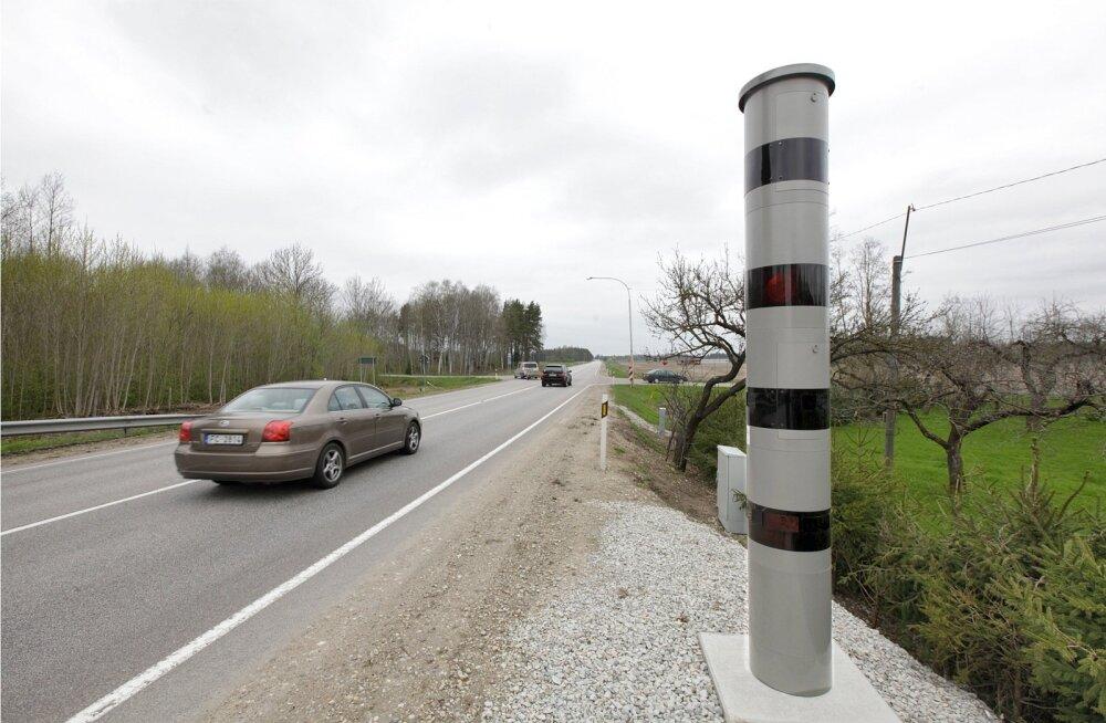 Läti numbrimärgiga auto ning kiiruskaamera Libatses Pärnu maanteel.