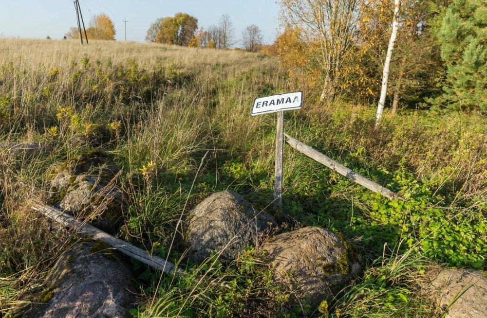 Avalikuks kasutuseks mõeldud tee, kus liiklemist takistavad suured kivid ja eramaa silt.