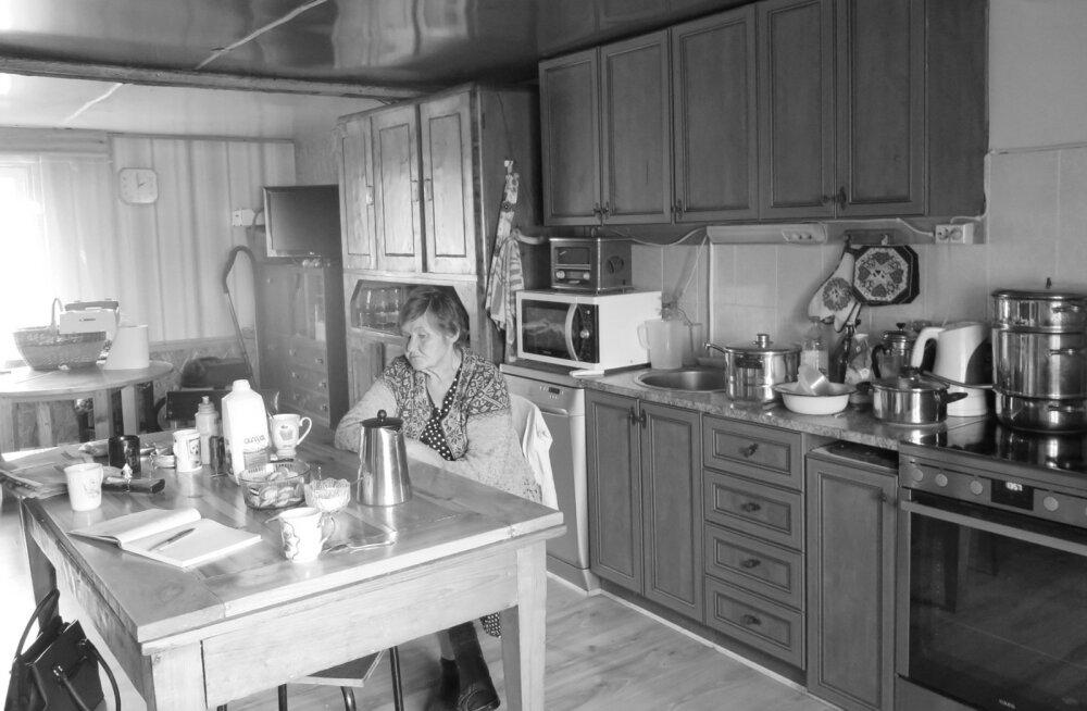 Raba talu perenaine Mai Roosileht oma talu köögis. 25 aasta eest, kui Olev Anton talus elas, oli siin karjaköök.